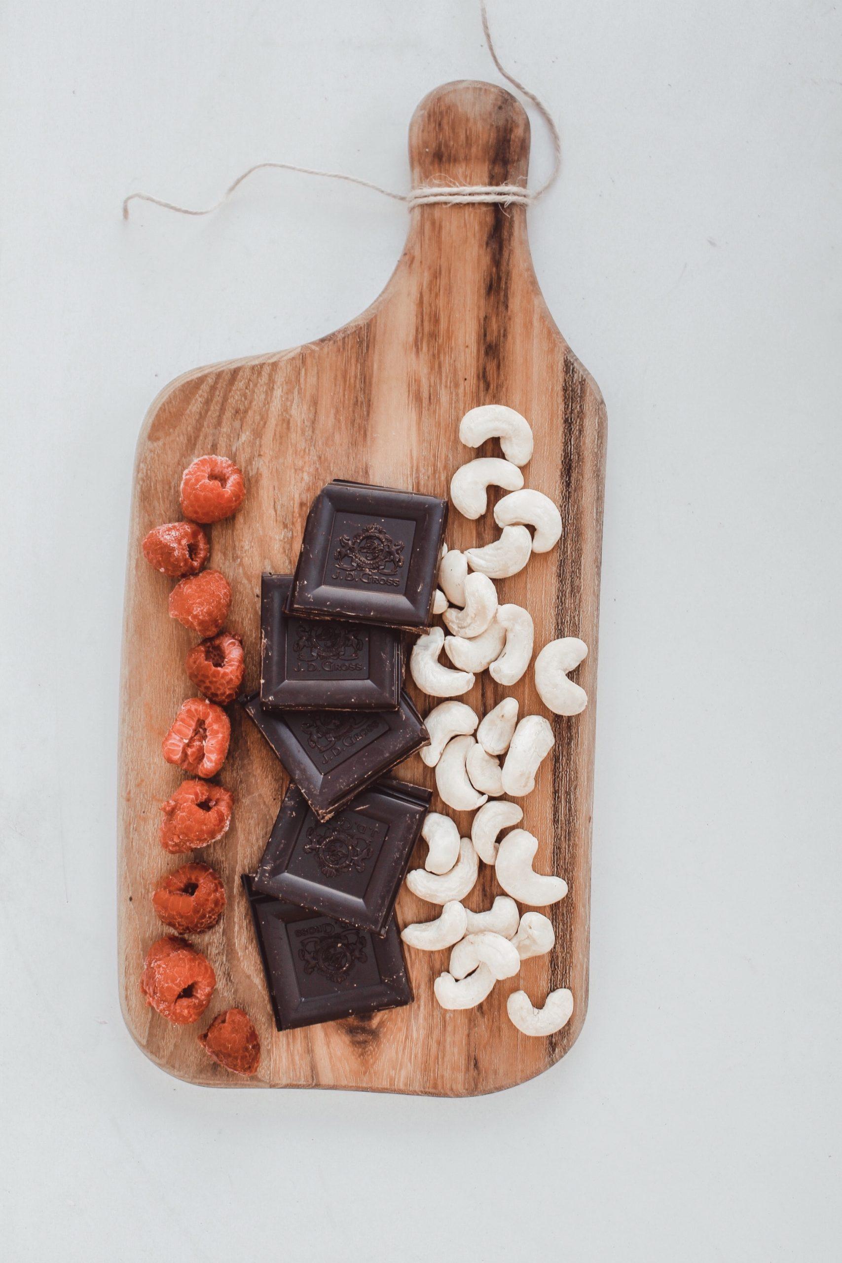 Сурови бонбони с кашу, малини и черен шоколад 1